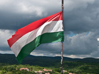 v-vengrii-nachalas-informacionnaya-kampaniya-protiv-es-326x245